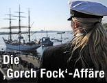 """Eine Kadettin betrachtet das einlaufende Schulschiff """"Gorch Fock"""""""