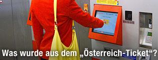 Frau beim Fahrscheinautomaten