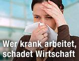 Frau hält sich Taschentuch vor die Nase und mit der anderen Hand die Stirn