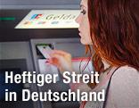 Eine Frau beim EC-Geldautomaten