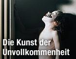 Polaroid von Gottfried Helnwein: Bub steht neben einem Heizkörper