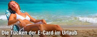Frau im Liegestuhl am Strand