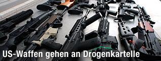 Verschiedene Gewehre auf einem Tisch
