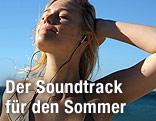 Frau in der Sonne mit Kopfhörern