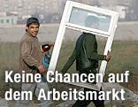 Zwei Roma transportieren einen Fensterrahmen