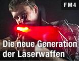 Mann mit einer Laserwaffe in der Hand