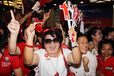 Anhänger der Pheu Thai Partei jubeln