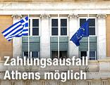 Griechenland und EU-Flagge vor griechischem Parlament