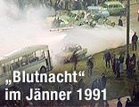 Sowjetische Panzer, brennende Autobusse und zahlreiche Menschen auf der Straße in Vilnius