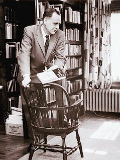 Marshall Mc Luhan hält ein Buch in der Hand