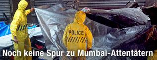 Polizisten in gelben Schutzanzügen untersuchen einen Tatort