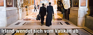 Zwei Priester von hinten im Petersdom