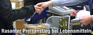 Bezahlsituation an der Kassa im Supermarkt
