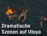Jugendliche schwimmen vor der Küste der norwegischen Insel Utoya
