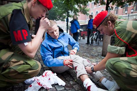 Soldaten verarzten Verletzte