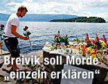 Ein Mann legt bei der Insel Utoya Blumen im Gedenken an die Opfer des Massakers nieder.