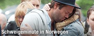 Mann und Frau umarmen sich während der Gedenkfeier in Oslo