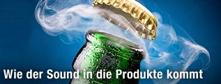 Ein Kronenkorken fliegt rauchend von einer Bierflasche.