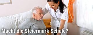 Pflegerin mit Pflegebedürftigem
