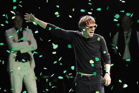 Darsteller Jens Harzer im Confetti-Regen