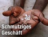 Hände zeigen Diamanten