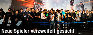 Besucher der Gamescom stehen in der Schlange