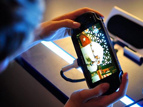 Spielerin mit PS Vita