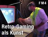 """Ein Mann spielt das Computerspiel """"Pong Invaders Reality"""""""