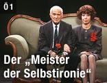 Evelyn Hamann und Loriot, mit bürgerlichem Namen Vicco von Bülow, sitzen auf dem berühmten Gründerzeitsofa aus den gemeinsamen Fernsehsketchen