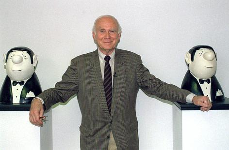 Vicco von Bülow steht am 1.7.1993 im Münchner Stadtmuseum zwischen zwei Hauptfiguren seiner Karikaturen