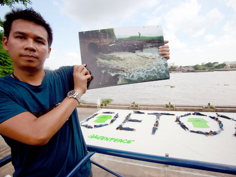 Greenpeace-Aktivist demonstriert gegen Abwässer