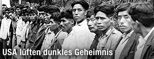 Männer aus Guatemala stehen in einer Reihe