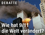 Türme des World Trade Center kurz vor dem Einsturz nach Flugzeugangriff