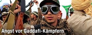 Libyscher Regierungssoldat mit Motorradbrille und Gewehr