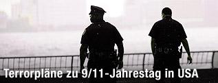 US-Polizisten blicken auf die Skyline von Manhattan