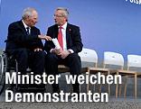 Der deutsche Finanzminister Wolfgang Schäuble im Gespräch mit Eurogruppen-Chef Jean-Claude Juncker neben leeren Sesseln