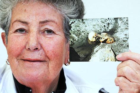 Erika Simon zeigt in Nürnberg das erste Bild das ihr Mann beim Fund der Gletschermumie aufgenommen hatte