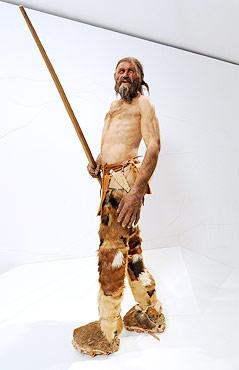 Nachbildung des Ötzi im Archäologiemuseum in Bozen