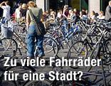 Frau steht zwischen Fahrrädern in Kopenhagen