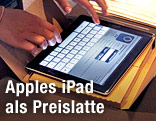 Frau bedient ein Apple iPad