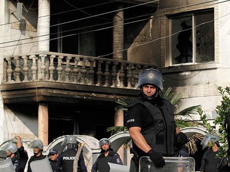 Sicherheitskräfte vor ausgebranntem Haus von Romaführer Kiril Rashkov