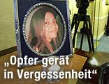 Ein eingerahmtes Fotos des Mordopfers Meredith Kercher steht auf einem Tisch