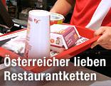 Tablett mit Speisen im McDonald's