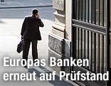 Mann mit Aktenkoffer geht aus einer Bank hinaus