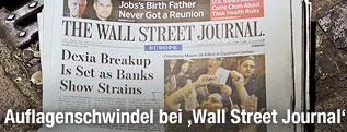 """Stapel von """"Wall Street Journal""""-Zeitungen liegt auf der Straße"""