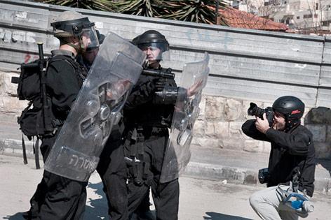 Sicherheitskräfte und Fotograf
