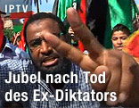 Jubelnde Menschen in Tripolis