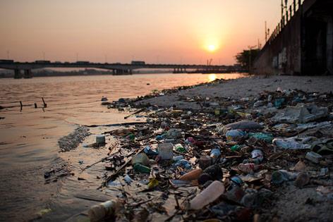 Verschmutzter Strand in Rio de Janeiro