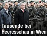 Bundeskanzler Faymyann und Bundespräsident Fischer bei der Angelobung am Wiener Heldenplatz