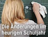 Schülern wischt auf der Tafel